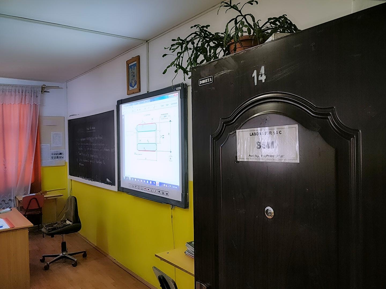 Jeder Klassenraum in der Schule ist mit einem Smartboard ausgestattet. Die Kreidezeit sucht man vergebens.