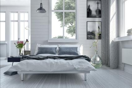 Moderne Raumgestaltung im Schlafzimmer eines Altbaus. Foto: © XtravaganT/fotolia.com