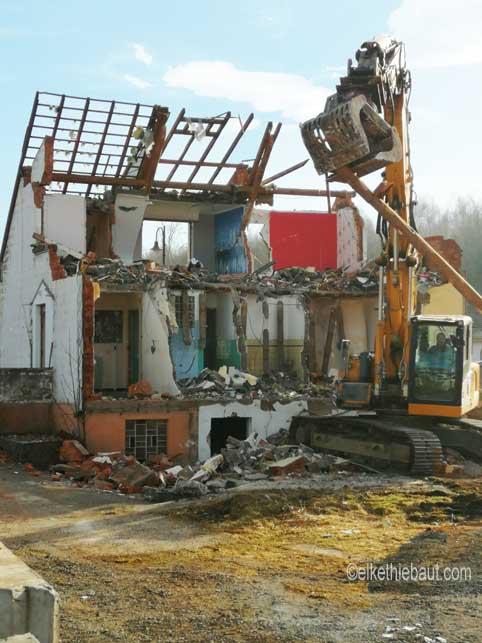 Maison en destruction. Ca fait des mois que j'observais cette maison abandonnée. Et maintenant le moment de sa disparition est arrivée. Toute une vie qui disparait avec... Février 2019, Bitche