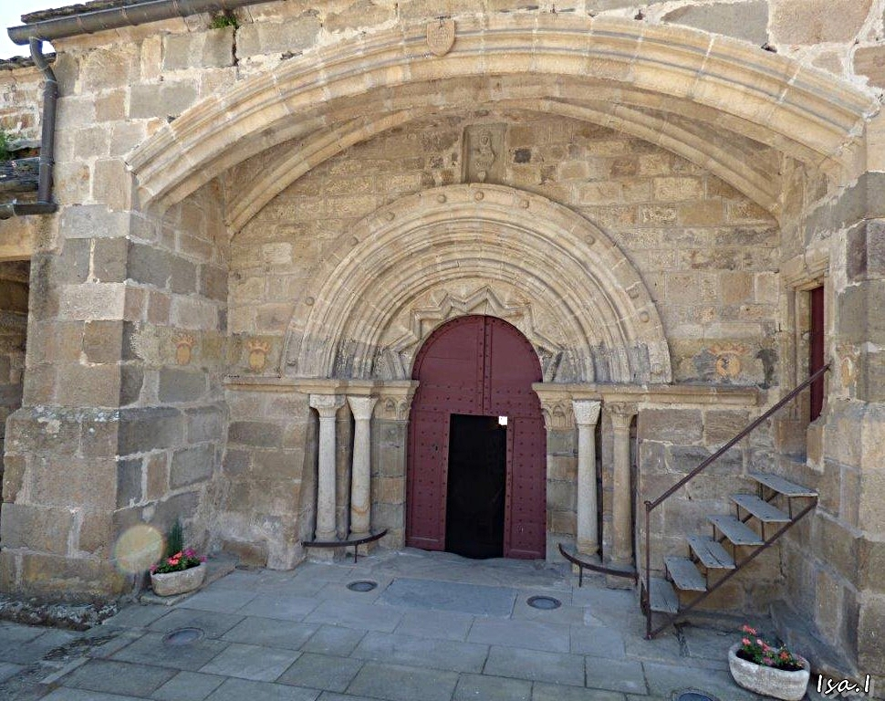 Pour pénétrer dans la petite église, il faut descendre quelques marches