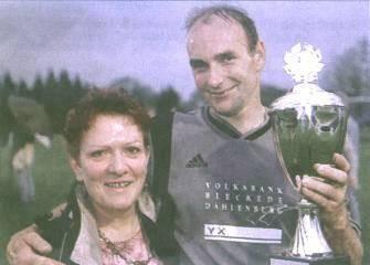Matchwinner Uwe Karstens und seine beiden Schätze: Gattin Gisela und der Kreispokal.        Foto: t & w
