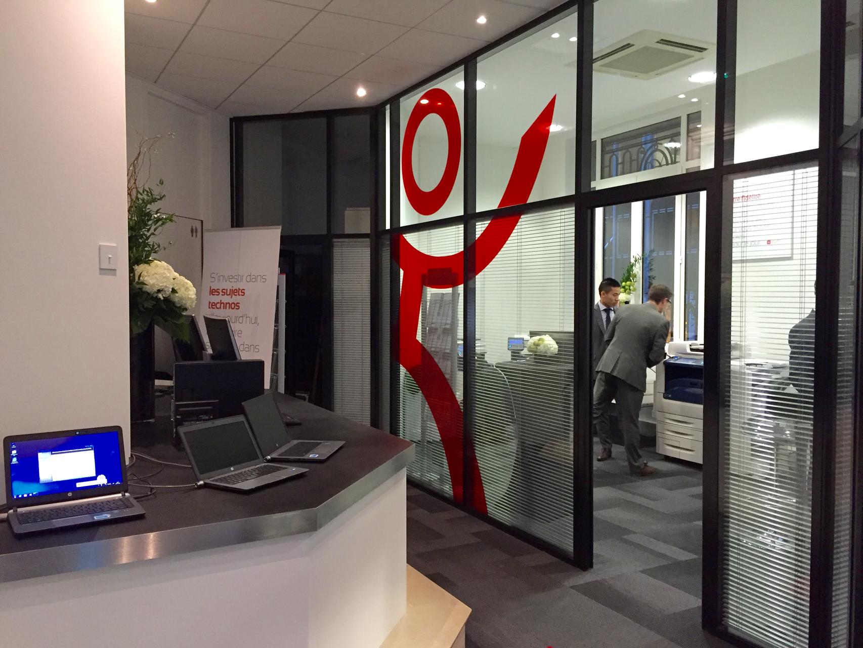 le logo sur cloisons vitrées dans l'entreprise