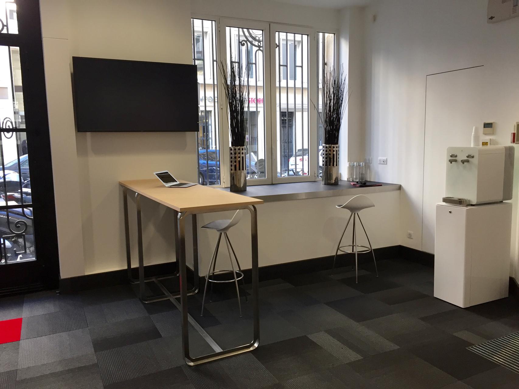 une harmonie metal et bois pour des meubles : espace de travail et un espace café dans l'entreprise