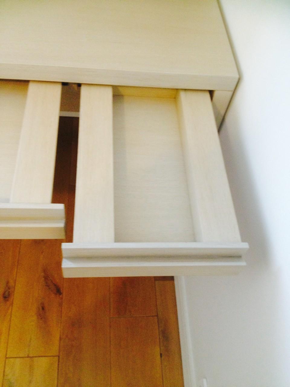 détail des tiroirs d'un bureau réalisé sur mesure par notre menuisier
