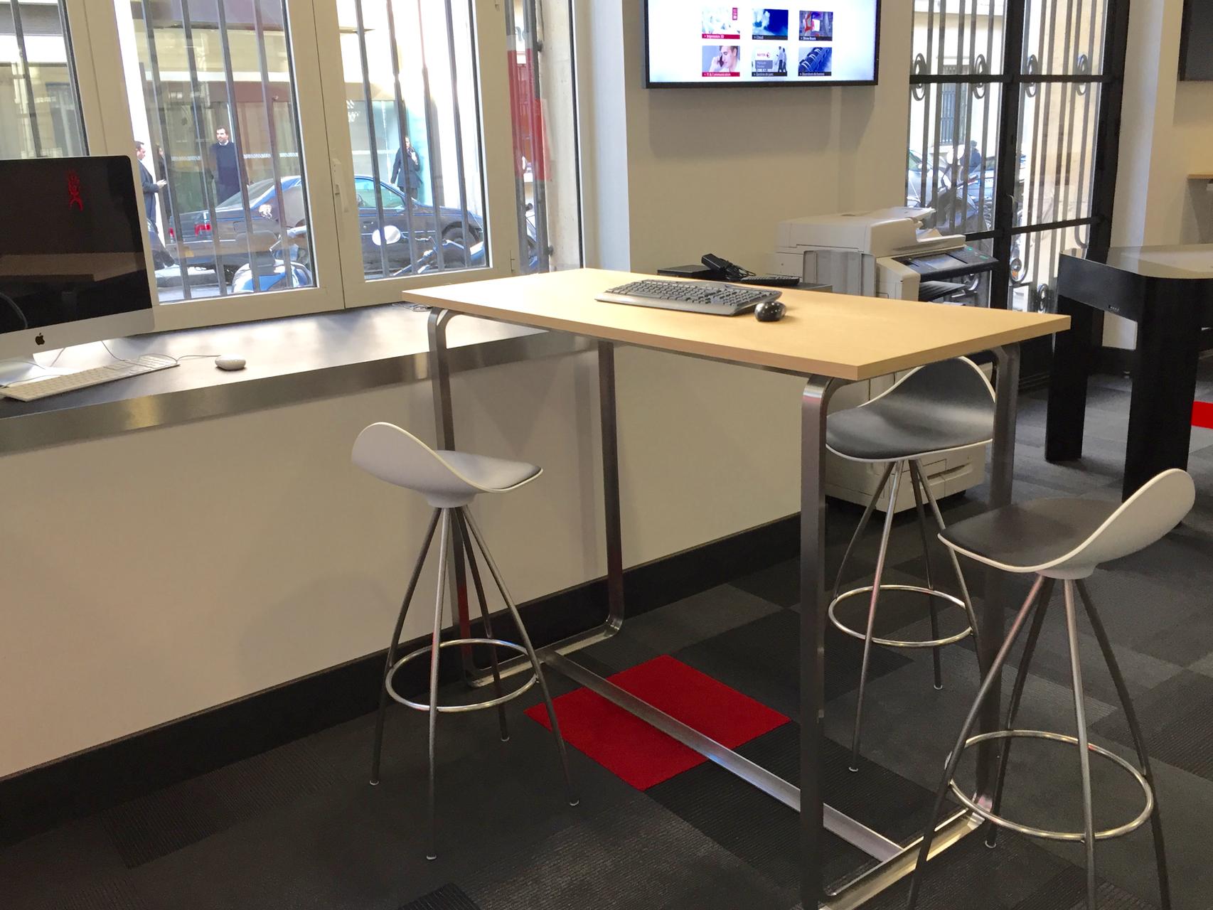 un comptoir de travail design hauteur bar au piètement inox et ses tabourets