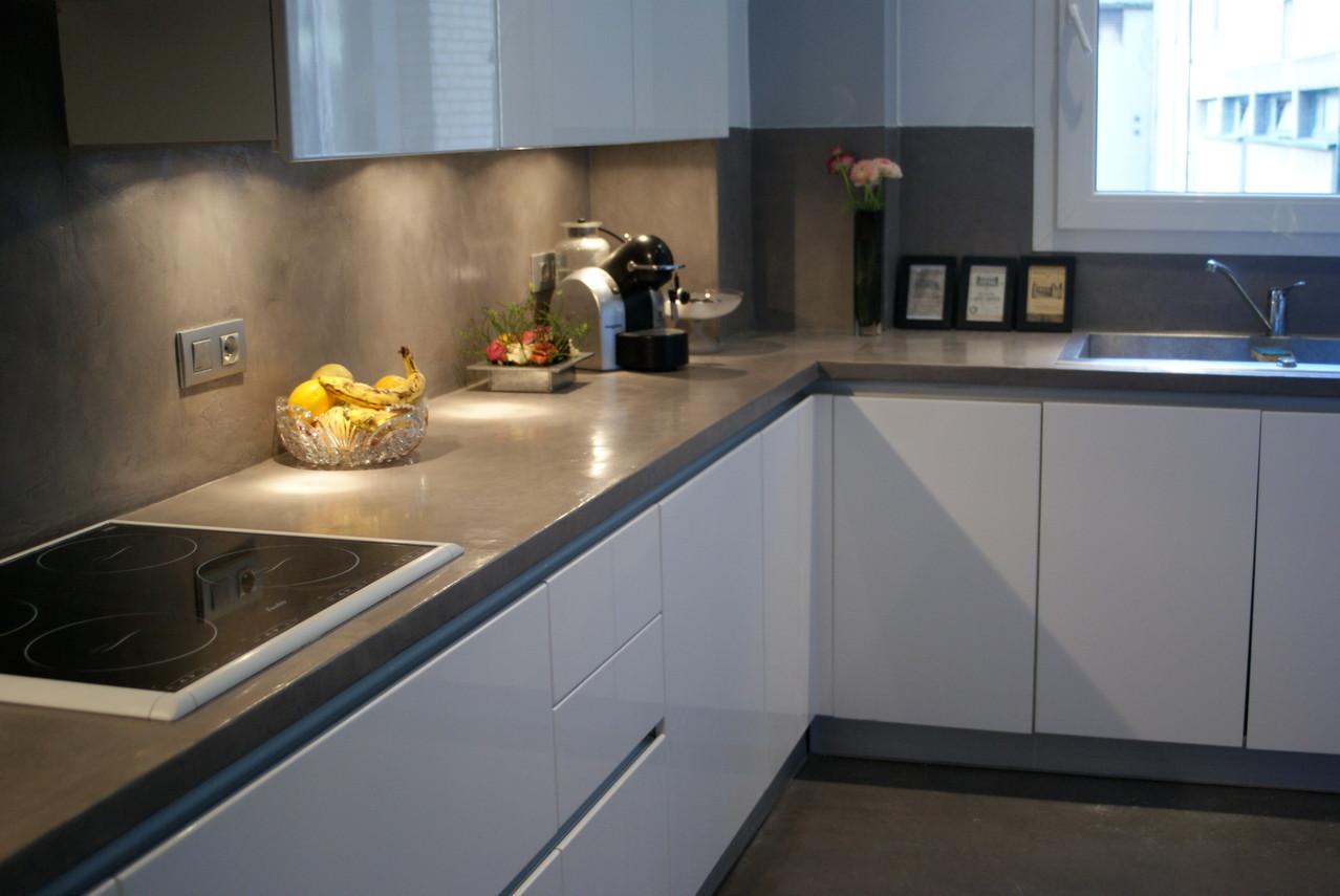 Beton cire cuisine elegant le bton cir aux murs with beton cire cuisine elegant decoration - Beton cire sur carrelage cuisine ...
