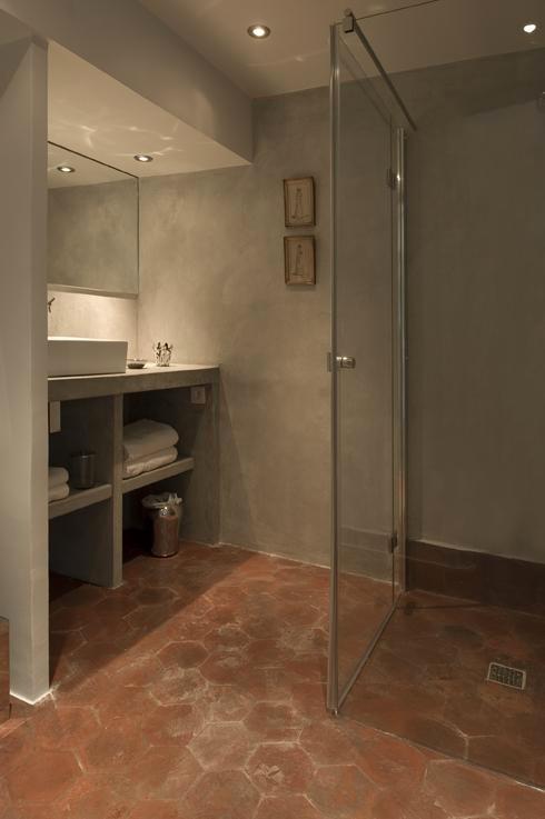 Murs d'une salle de bain  et meuble vasque en béton ciré