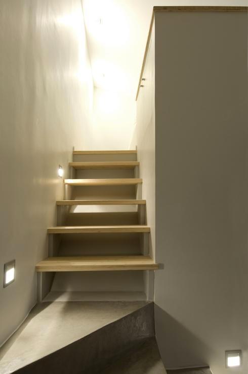 du béton ciré sur les murs d'un escalier bois