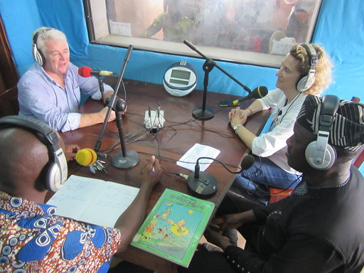"Madame SALLÉ, conseillère départementale 44, chargée des solidarités internationales, Monsieur GROSVALET et Monsieur TODJÉ interviewés Par le radio communautaire ""Radio ToSô""."