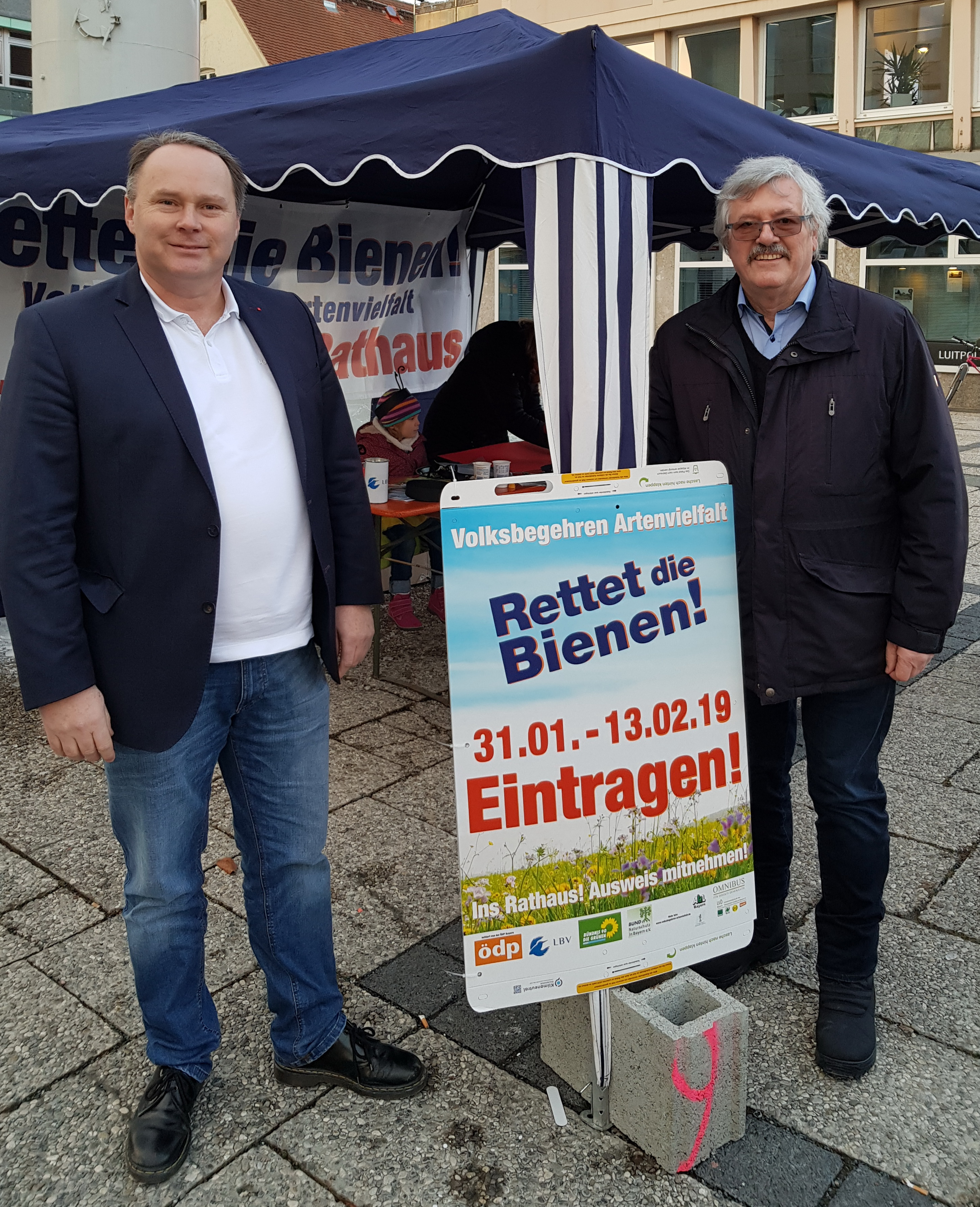 Die SPD-Stadträte Thomas Bauske und Siegfried Zerrenner am Info-Stand für das Volksbegehren.