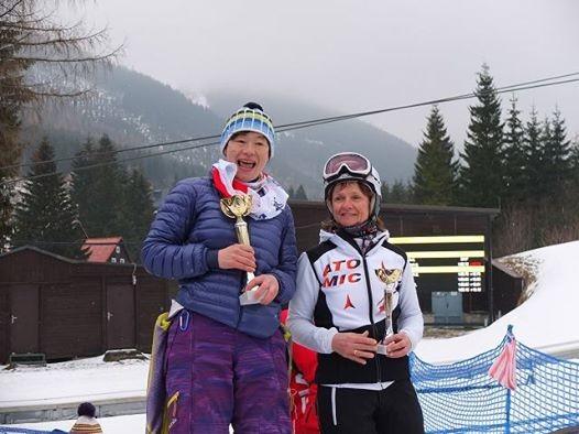 カテゴリー50-54 で優勝した森川順子選手(左:神奈川)