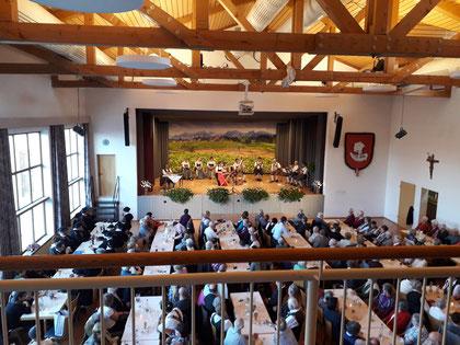Bereicherung eines Konzerts im Gemeindesaal durch Licht-, Ton- und Medientechnik