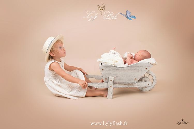 photo bébé dans brouette avec sa grande soeur par photographe studio
