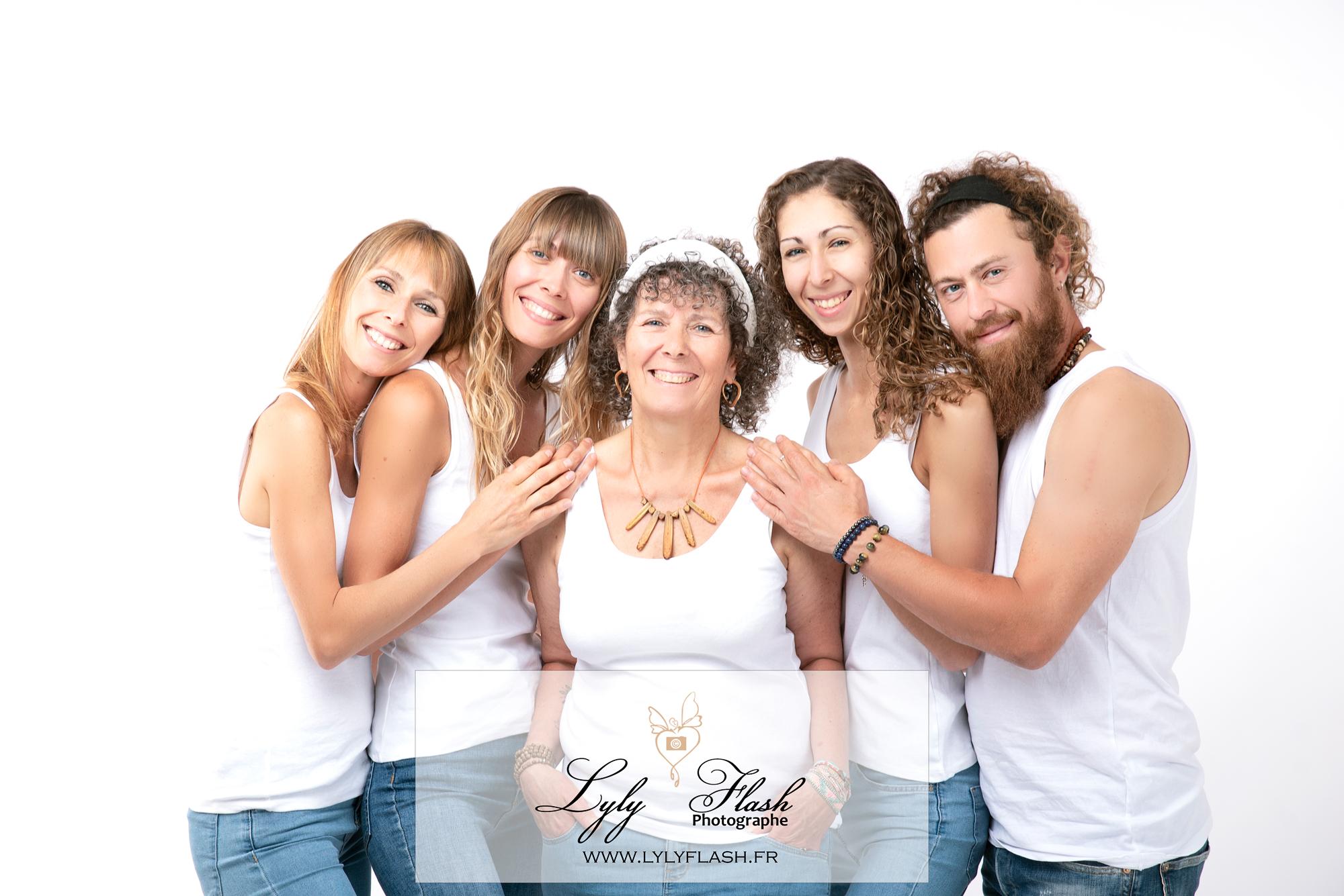 Une séance photo en studio d'une famille heureuse et magnifique