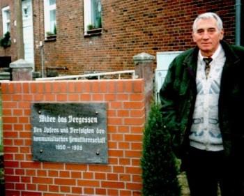 Karl-Heinz Pahling bei der Einweihung der Gedenktafel vor der JVA Brandenburg im Oktober 1996