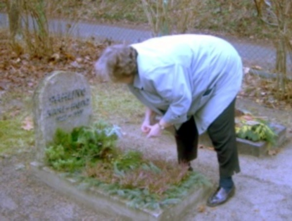 Karin Pahling am Grab von Karl-Heinz Pahling, ca. 2001.