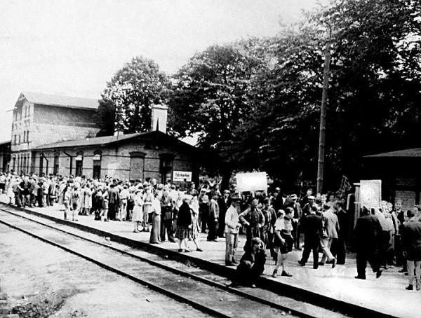 Bahnhof Niemegk. Die Demonstranten warten auf den Zug nach Belzig.