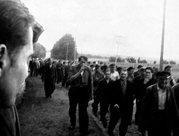 Marsch durch Belzig. In der Bildmitte Karl-Heinz Pahling.
