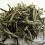 銀針白毫(ぎんしんはくごう) 銀色ですらりとした姿は 扁平な茶葉が特徴的。 白い産毛で覆われ つまむとふわっとした感触。