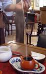 5)熱湯を注ぐ(こんなに高くなくていいですよ。)::悟空::--横浜中華街で生まれて30年。中国茶・中国茶器専門店