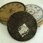 雲南七個餅茶 (うんなんななこへいちゃ) 直径約19cm、厚さ2.5cm、 重さ357gが標準規格。 根強い人気の餅茶