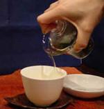3)湯のみに注ぎます。熱いから気をつけて!慣れない内は両手で。::悟空::--横浜中華街で生まれて30年。中国茶・中国茶器専門店