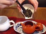 4)茶葉を入れます。茶葉が入っている器を茶荷(ちゃか)といいます。::悟空::--横浜中華街で生まれて30年。中国茶・中国茶器専門店