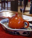 6)フタの上からも湯を注いで蒸らします。その間に茶海や茶杯の湯を捨てます。::悟空::--横浜中華街で生まれて30年。中国茶・中国茶器専門店