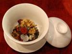 1)温めておいた蓋碗に茶葉を入れます。::悟空::--横浜中華街で生まれて30年。中国茶・中国茶器専門店