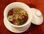 2)蒸らします。これは緑茶、菊の花、クコ、ナツメ、龍岩など8種類の具が入った八宝菊花茶。::悟空::--横浜中華街で生まれて30年。中国茶・中国茶器専門店