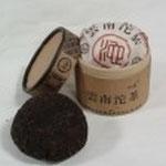 雲南沱茶 (うんなんとうちゃ) 直径8cm、高さ4cm、 重さ45gが標準規格。 固形茶初挑戦に手頃なサイズ。