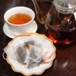 茘枝紅茶(らいちこうちゃ) ライチの香りをつけた紅茶で フルーティーな香りと甘みがいい。 こちらはテトラパック。