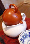 7)茶海に注ぎきる。茶葉が湯に浸っていると渋味が出やすくなります。::悟空::--横浜中華街で生まれて30年。中国茶・中国茶器専門店