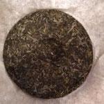 プーアル生茶 (ぷーあるなまちゃ) 緑がかった色、香りや味も 緑茶っぽい。長い年月を経て 深みのある風味に変化する