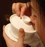 3)茶葉が口に入らないようむこうに、少しフタをずらして飲みます。::悟空::--横浜中華街で生まれて30年。中国茶・中国茶器専門店