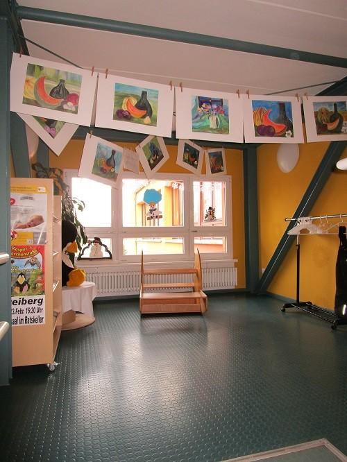 Hallenbereich mit Bilderausstellung