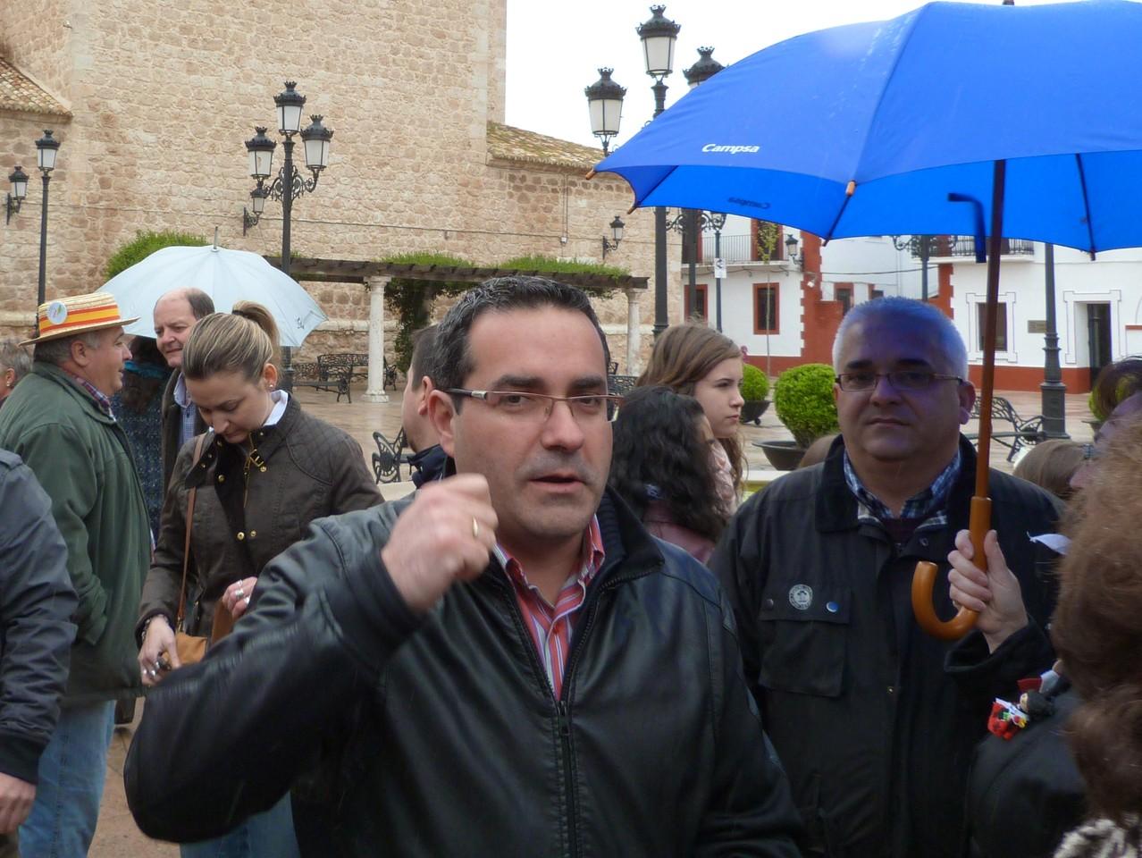 Le Mairie de Pedro Muñoz à la descente du car