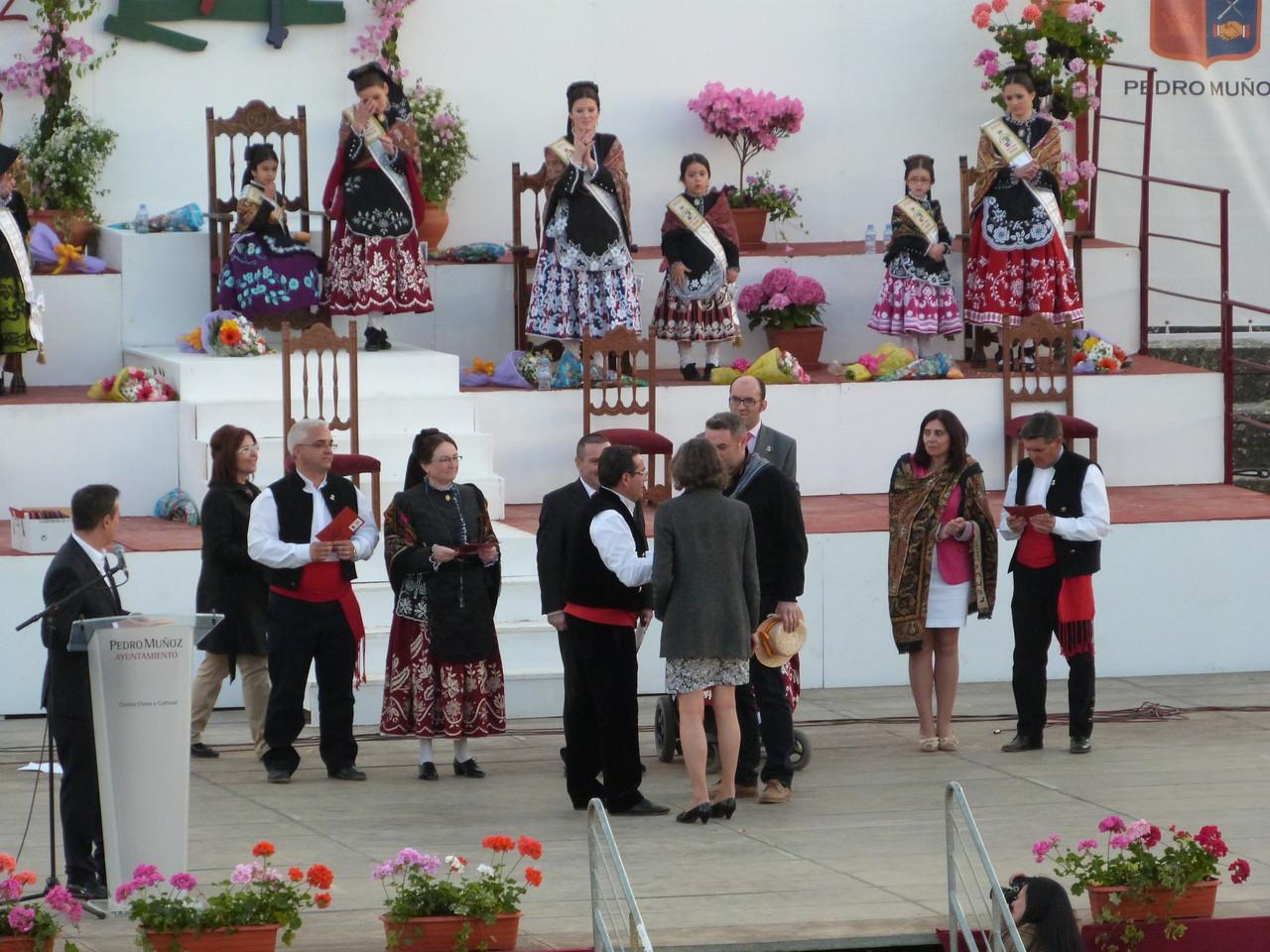 Remise d'un prix aux Amis de Pedro Muñoz, et à la Municipalité de Haute Goulaine