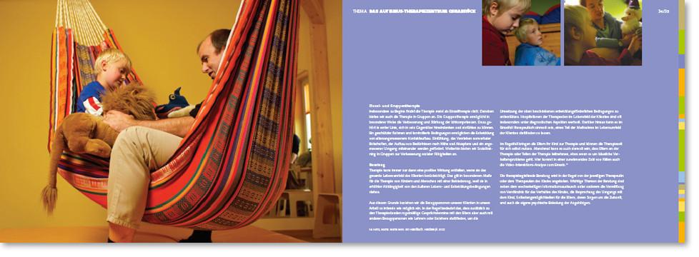 Broschüre Doppelseite mit Familie in Hängematte