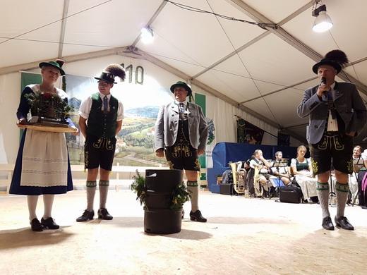 Übergabe unseres Patengeschenks durch Vorstand Hias Stadler an den  Patenverein Edelweiß Dettendorf-Kematen zum 110jährigen  Gründungsfest beim Heimatabend am 18.08.2018