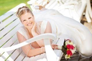 Zum perfekten Brautstyling gehören Hochzeitskleid, Brautstrauß, Braut-Make-up, Brautfrisur – alles harmoniert miteinander und ist so gestaltet, dass es den ganzen Hochzeitstag, die Fototermine und die Party überlebt.