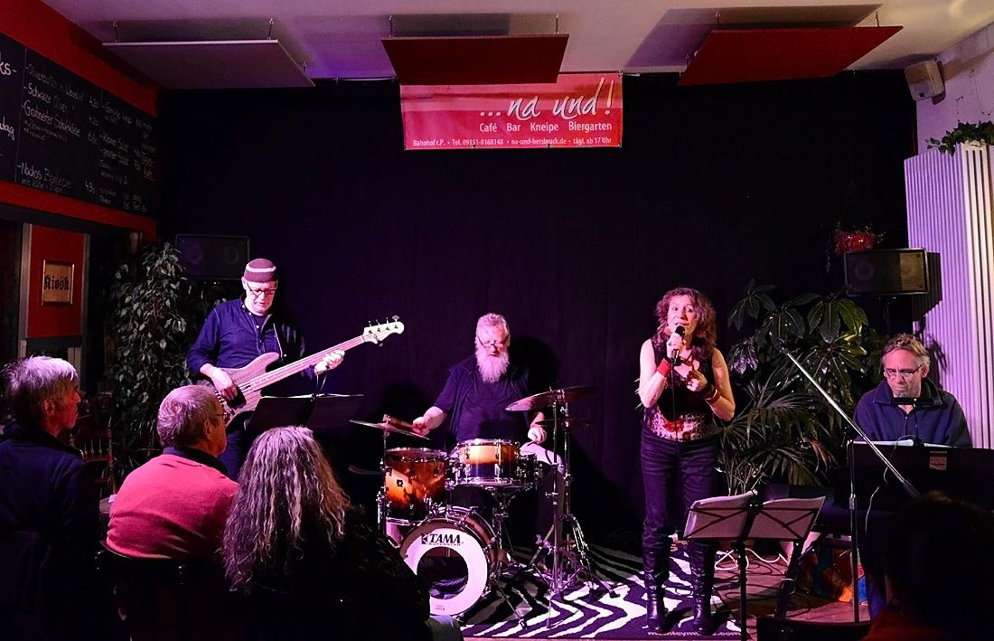 17.12.2016 Jazz im NaUnd in Hersbruck mit Jockel Peter Streb (p), Dieter Feist (b), Uwe Zapala (dr), Georgina (Foto Katharina Hubner)