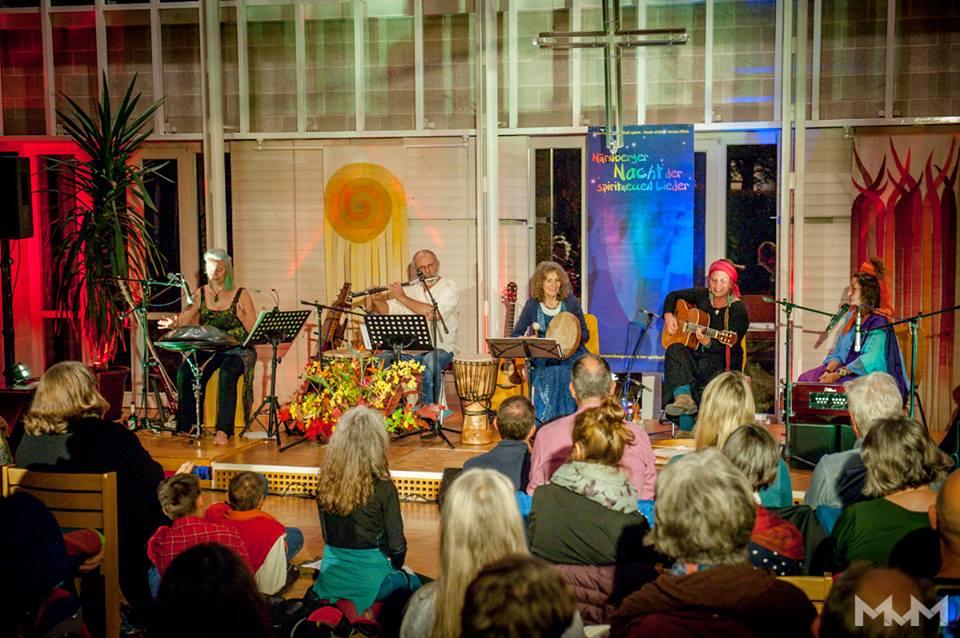 27.10.2018 - 15. Nürnberger Nacht der spirituellen Lieder mit (v.l.) Edda B. Dieter Weberpals, Georgina, Sylvia Kirchherr, Lalita Devi (Foto Martin v. Mendel)