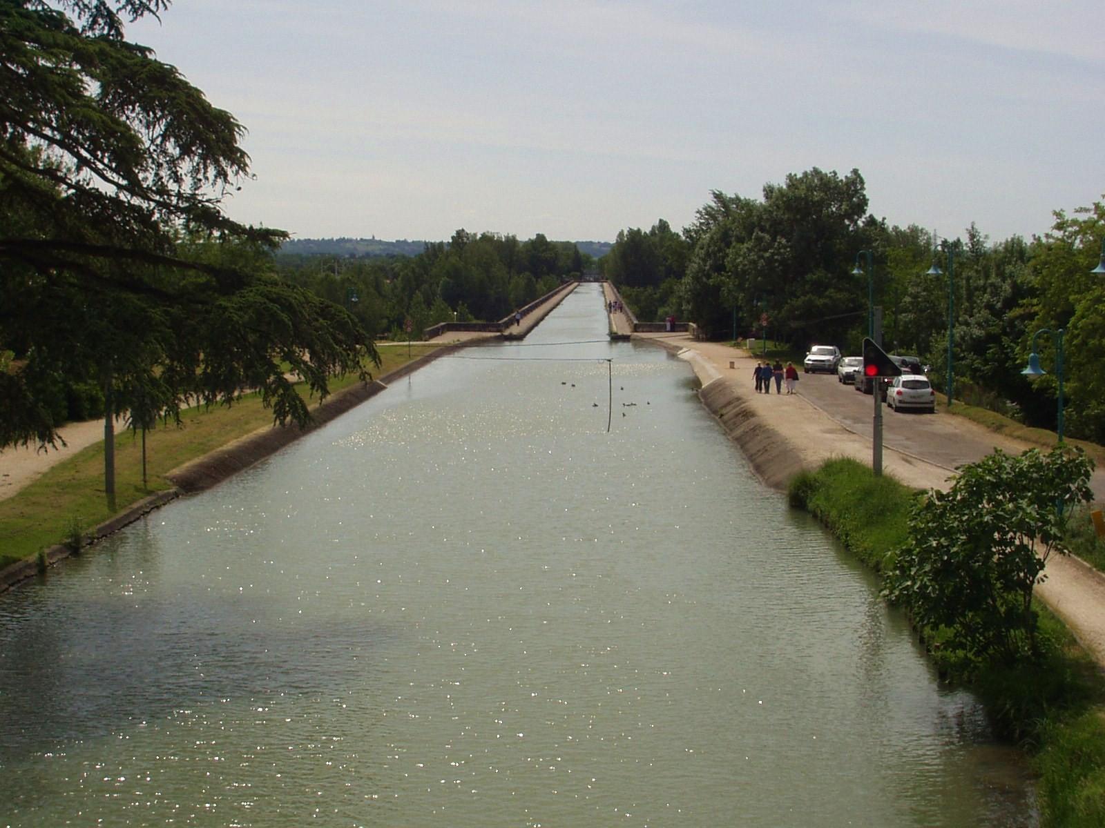 Vue vers le pont-canal d'Agen. (Dept 47)