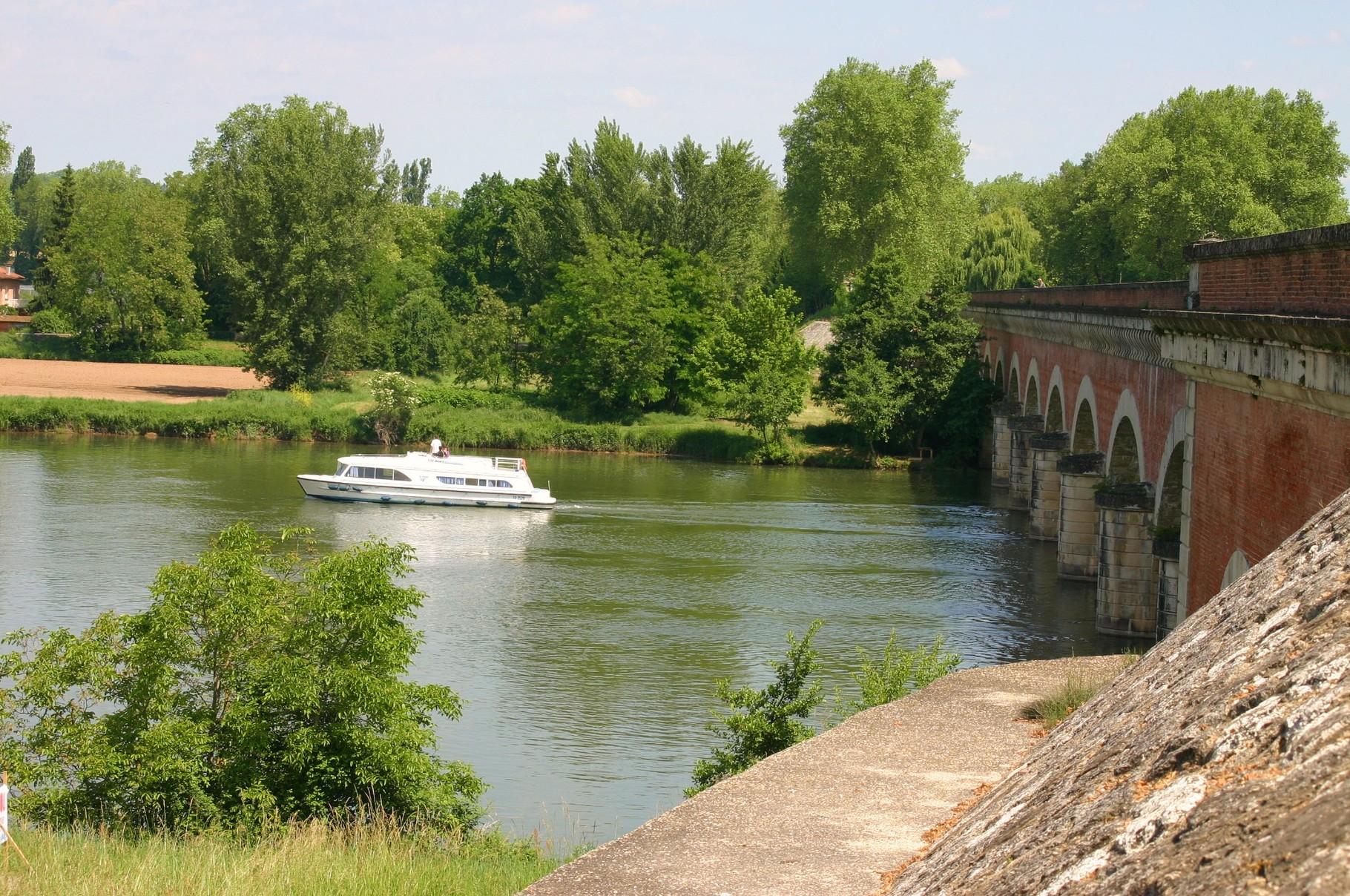 Vue depuis le pont-canal vers l'aval du Tarn.