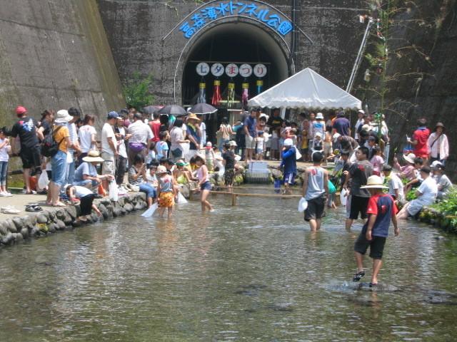 第16回高森湧水トンネル七夕まつり -- ヤマメのつかみ取り大会 --