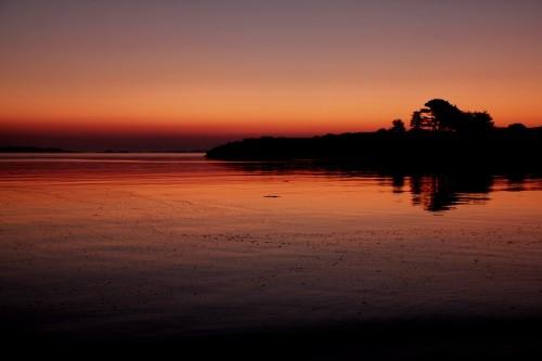 La nuit tombe, la marée monte, je ne vois plus l'îlot.