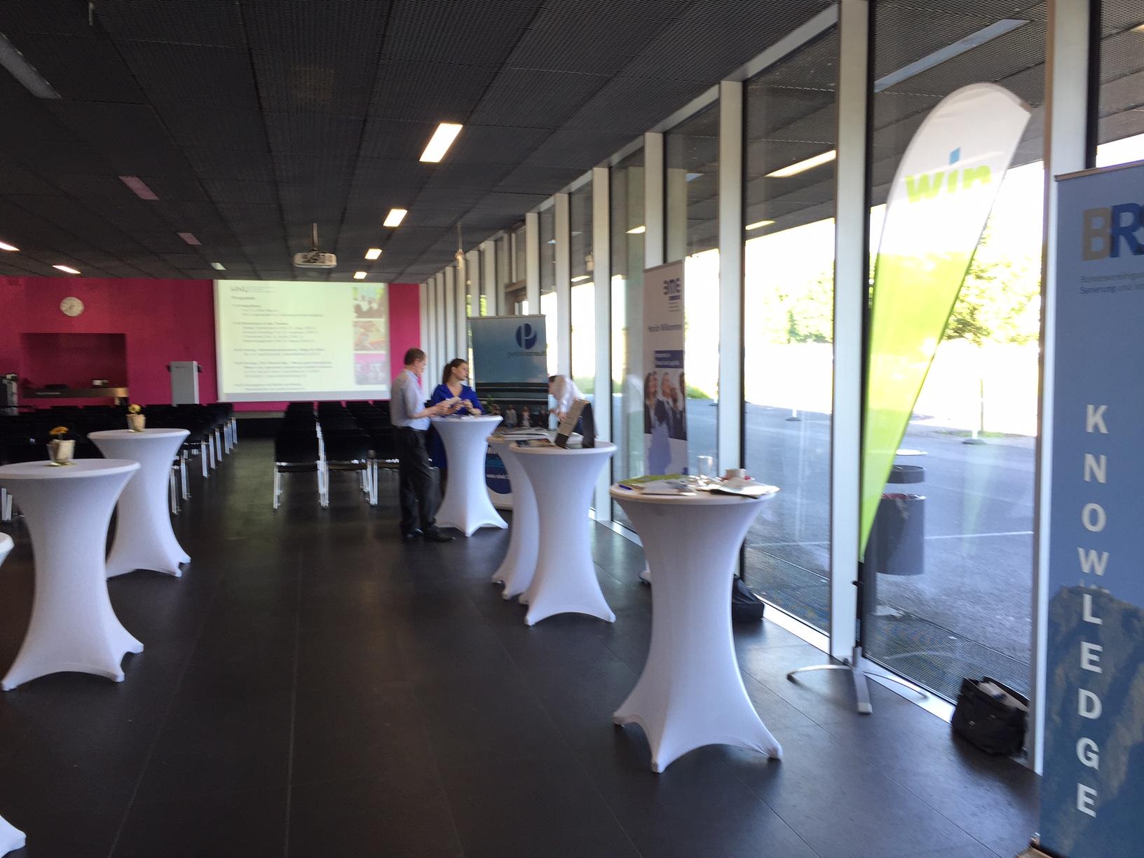 Vor Beginn der Vorträge im großen Saal der HNU Hochschule Neu-Ulm.