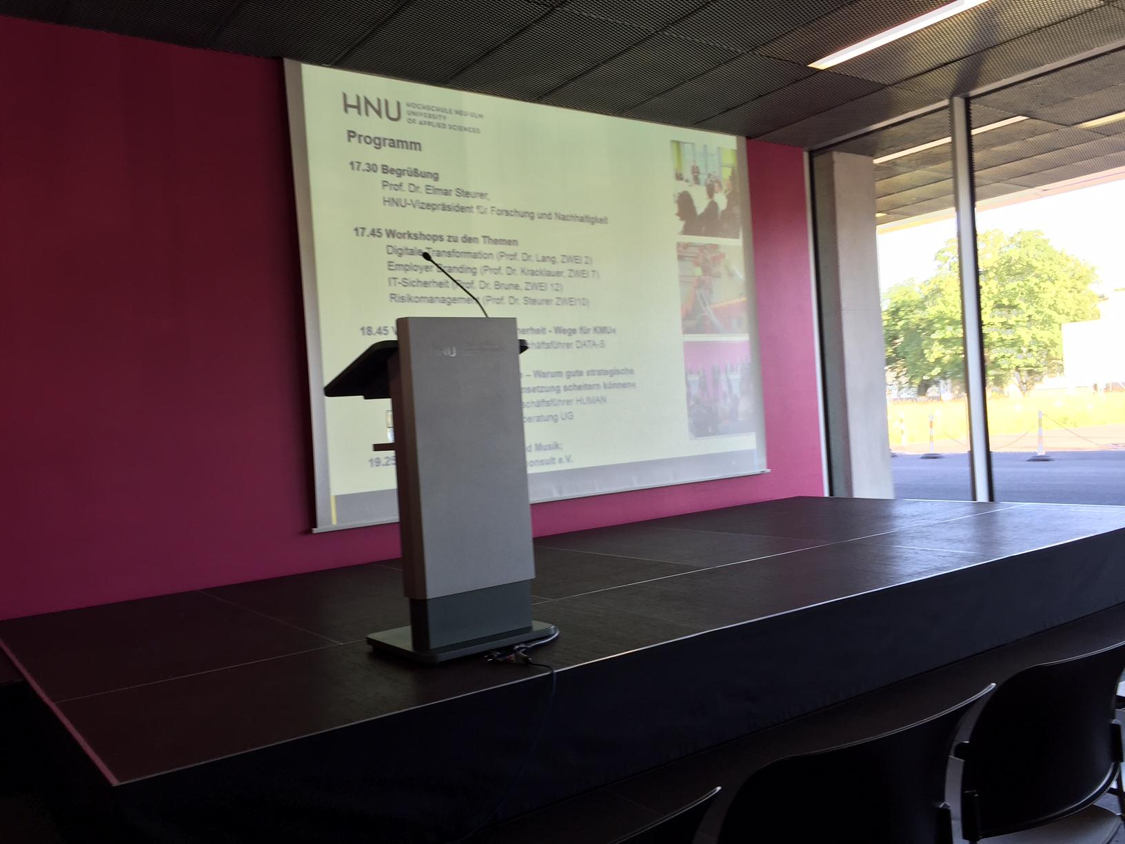 Kurz vor dem Vortrag von Herrn Dr. Markus Fellner, HUMAN MOVEMENT Organisationsberatung.