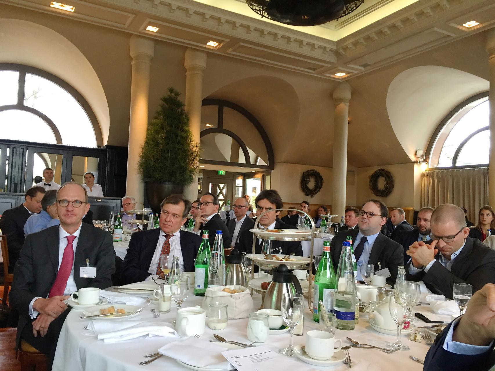 """Erster von links: Dr. Stefan Gros präsentierte zu Beginn der Varanstaltung das Impulsreferat: """"Erfolgsfaktoren bei der Unternehmens-Restrukturierung aus Sicht eines CFO / CROs""""."""